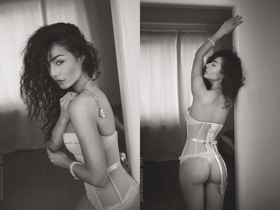praha fotograf praha focení ve spodním prádle černobílé fotky budoir fotograf budoir  moda budoir